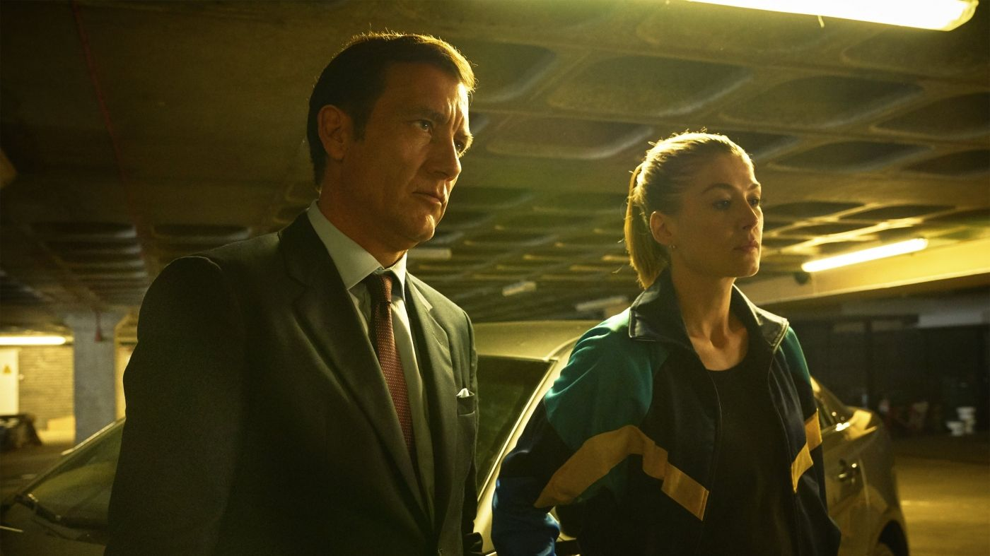 Clive Owen y Rosamund Pike en The Informer | MovieHaku